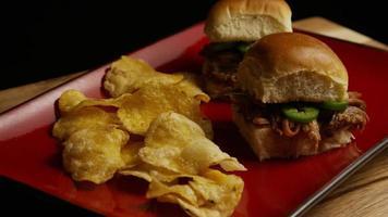 Foto giratoria de deliciosos deslizadores de cerdo desmenuzado - barbacoa 094 video
