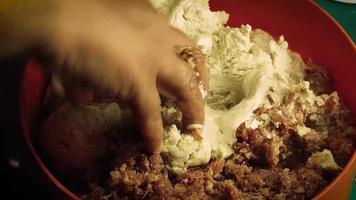 vrouw kneedt traditionele masa voor Mexicaanse gordita de chicharron