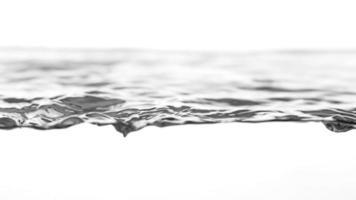 Ondas de agua clara en fondo blanco.