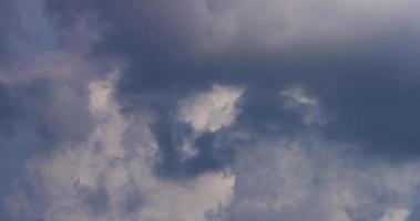 lapso de tempo de nuvem cumulus brilhante movendo-se rapidamente com uma nuvem escura em primeiro plano em 4k