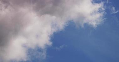 lapso de tempo de nuvens cumulus dinâmicas suaves mudando de forma da esquerda para a direita em 4k