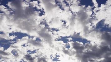 Laps de temps des nuages altocumulus se déplaçant lentement de droite à gauche de la scène sur un ciel bleu clair en 4k