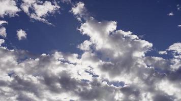 lapso de tiempo de las nubes altocúmulos moviéndose lentamente en el cielo azul brillante y los rayos del sol en 4k video