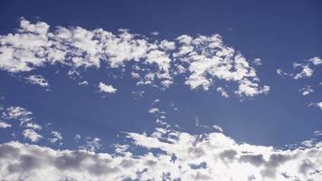 lapso de tempo de nuvens altocúmulos movendo-se lentamente no céu azul com chamas e o sol em 4k
