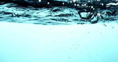 Escena acuática azul con superficie de agua y olas en la sección superior en 4k
