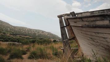barco abandonado con vistas a la hermosa naturaleza