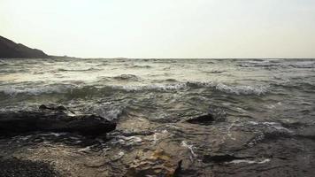 belas ondas do mar de phuket, tailândia