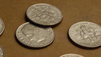 Tournage de séquences d'archives de dix cents américains (pièce de monnaie - 0,10 $) - argent 0211