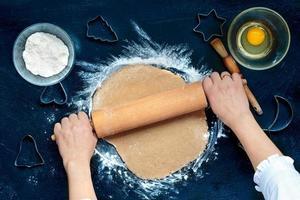 mujer haciendo masa para galletas de navidad