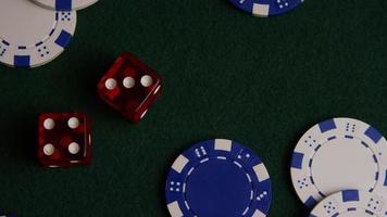 Disparo giratorio de cartas de póquer y fichas de póquer sobre una superficie de fieltro verde - póquer 020