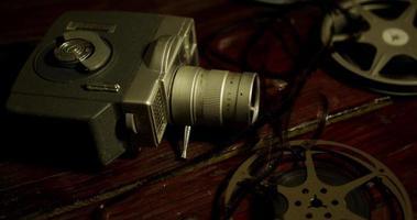 lenta panorâmica de rolos de filme, câmera velha e tiras de filme movendo-se em uma mesa em 4k