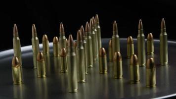 Disparo giratorio cinematográfico de balas sobre una superficie metálica - balas 070