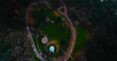 metraje de drone sobre la carretera que revela una pequeña ciudad