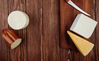 Vista superior de queso sobre un fondo de madera con espacio de copia