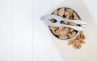 cuenco de nueces con una galleta de nueces foto