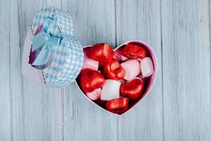 Vista superior de caramelos de chocolate en forma de corazón en una caja