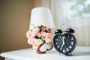 despertador negro en el dormitorio