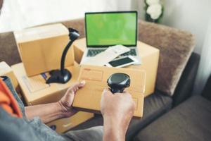 máquina de código de barras con caja para negocios online foto
