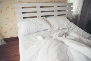 sábanas arrugadas en el dormitorio
