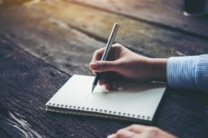 mujer escribiendo en cuaderno
