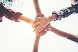 gente uniendo sus manos