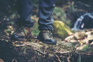 Close-up de los pies de un hombre caminando por un sendero de montaña