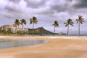 gente caminando en la playa durante el día