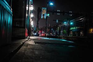 camino vacío en la noche