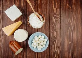 Vista superior de una variedad de quesos sobre un fondo de madera
