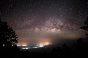 larga exposición de la galaxia de la vía láctea
