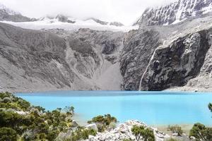 fotografía de paisaje de montaña blanca y negra