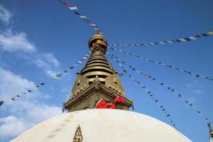 katmandú, nepal, 2020 - ángulo bajo de un templo foto