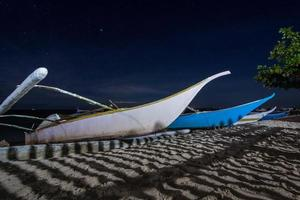 barcos en la orilla del mar foto