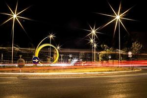 Fotografía de larga exposición de la carretera durante la noche.