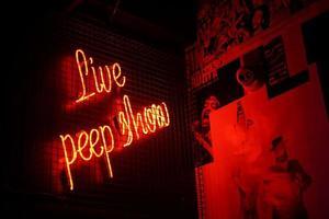 señalización de neón en vivo peep show