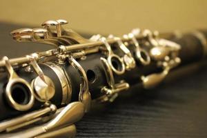 clarinete negro sobre una mesa negra