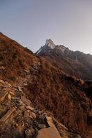 montaña rocosa marrón