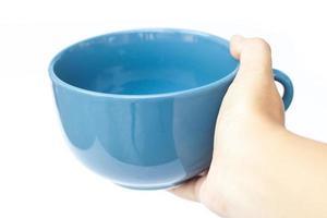 mano sosteniendo una taza azul