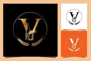 vaso de oro y botella de cerveza monograma letra v vector