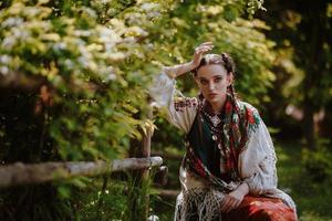 niña joven en un vestido tradicional ucraniano