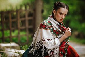 niña ucraniana en un colorido vestido tradicional