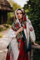 chica con un vestido ucraniano de colores