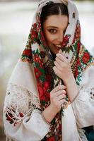 hermosa chica en un vestido étnico tradicional