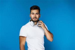 hombre usando audífonos alrededor de su cuello