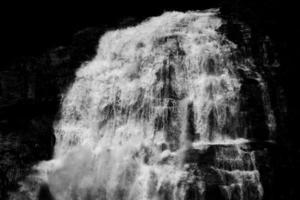 el agua cae en la fotografía en escala de grises foto
