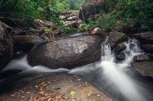 arroyo en el parque nacional de la cascada khao chamao foto