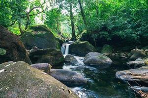paisaje en el parque nacional de la cascada khao chamao foto