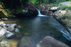 río en el parque nacional de la cascada khao chamao