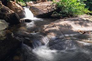 arroyo en el parque nacional de la cascada khao chamao