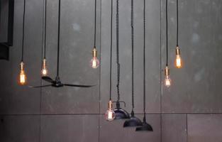 luces industriales sobre un fondo gris